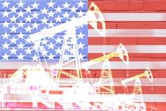 Silhouet van olie boorpomp op achtergrond van de vlag van Verenigde Staten stock fotografie