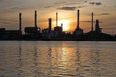 Silhouet van Olieraffinaderij bij zonsopgang in Bangkok Royalty-vrije Stock Afbeelding