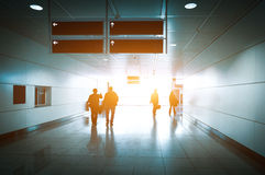 Silhouet van onherkenbare bedrijfsreizigersmensen bij internationale luchthaven Stock Fotografie