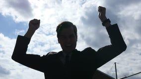 Silhouet van Opgewekte Zakenman Celebrating Success, Openlucht stock videobeelden