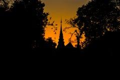 Silhouet van Oude Thaise Pagode in Boeddhismetempel Royalty-vrije Stock Fotografie