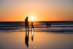 Silhouet van ouder met kind stock foto