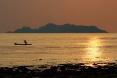 Silhouet van overzeese visser Royalty-vrije Stock Foto's