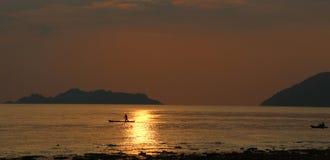 Silhouet van overzeese visser Stock Fotografie