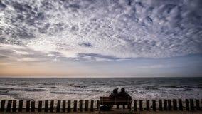 Silhouet van paar bij de pijler in Pijler in Vlissingen, Zeeland, Holland, Nederland Stock Foto