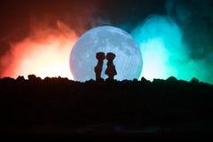 Silhouet van paar het kussen onder volle maan Het meisjeshand van de kerelkus op de achtergrond van het volle maansilhouet Het co Royalty-vrije Stock Foto's