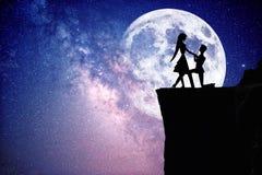 Silhouet van paar met sterrige nachthemel en maan stock afbeelding