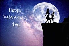 Silhouet van paar met sterrige nachthemel en maan stock foto