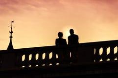 Silhouet van paar op de brug Royalty-vrije Stock Afbeelding