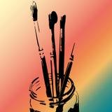 Silhouet van penselen in een kruik tegen kleurrijke trillende achtergrond Stock Foto's