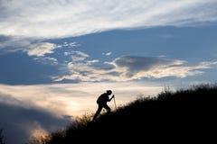 Silhouet van persoon het zware lopen naar Royalty-vrije Stock Foto's
