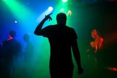 Silhouet van presentator op het stadium van de nachtclub bij overleg terug bij de gebeurtenis stock afbeelding