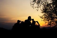 Silhouet van reizigers met camera tijdens zonsondergang royalty-vrije stock foto