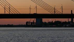 Silhouet van Riga kabel-gebleven brug stock footage