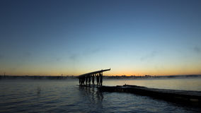Silhouet van roeiers bij zonsopgang Stock Foto