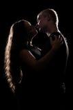 Silhouet van romantisch paar over zwarte Stock Foto