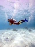 Silhouet van Scuba-duiker dichtbij Overzeese Bodem royalty-vrije stock foto