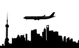 silhouet van Shanghai en vliegtuig stock afbeeldingen
