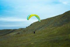 Silhouet van skydivervliegen op achtergrond van Royalty-vrije Stock Afbeeldingen