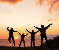 Silhouet van sportvrienden op strand Royalty-vrije Stock Foto
