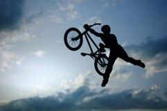 Silhouet van springende fietser Stock Foto