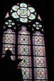 Silhouet van standbeeld die in het venster van de kathedraal bidden Stock Foto's