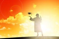 Silhouet van Student Celebrating Graduation met GLB royalty-vrije stock foto's
