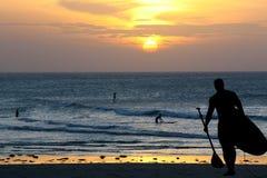 Silhouet van surfer Stock Afbeeldingen