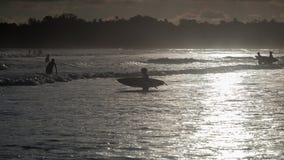 Silhouet van surfers Stock Foto's