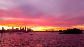 Silhouet van Sydney habour, Australië met rode violette wolk stock afbeelding