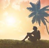 Silhouet van toerist en een mooi landschap royalty-vrije stock foto's