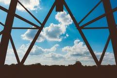 Silhouet van transmissietoren stock fotografie