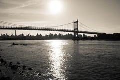 Silhouet van Triborough-brug over de rivier en de stad in donkere uitstekende stijl Stock Afbeeldingen