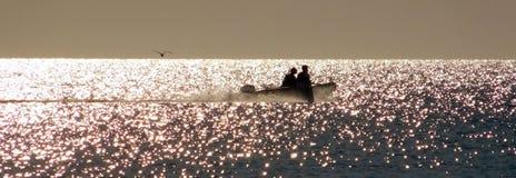 Silhouet van twee vissers stock afbeelding