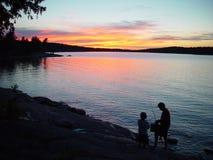 Silhouet van vader en zoons visserij royalty-vrije stock foto's
