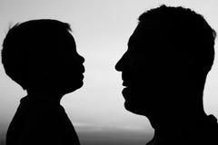 Silhouet van vader en zoonsspel Stock Foto's