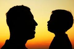 Silhouet van vader en zoonsspel Stock Afbeeldingen