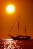 Silhouet van varend jacht in het tropische overzees bij zonsondergang Royalty-vrije Stock Foto