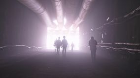 Silhouet van vele bouwvakkers die van een grote tunnel opstappen stock footage