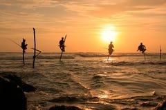 Silhouet van vissers bij zonsondergang, Unawatuna, Sri Lanka Royalty-vrije Stock Fotografie