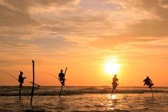 Silhouet van vissers bij zonsondergang, Unawatuna, Sri Lanka Stock Foto's