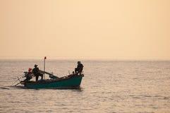 Silhouet van vissers met gele en oranje achtergrond Royalty-vrije Stock Afbeelding