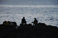 Silhouet van vissers op rotsen, Havana, Cuba Royalty-vrije Stock Foto's