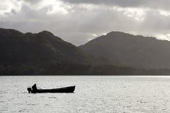 Silhouet van vissersboot stock foto's
