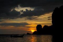 Silhouet van vissersboot bij zonsondergang bij de overzeese strandtoevlucht in Thailand, Krabi, Railey en Tonsai royalty-vrije stock afbeeldingen