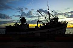 Silhouet van vissersboot bij zonsondergang stock fotografie