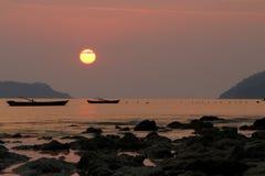 Silhouet van vissersboten op een overzees Royalty-vrije Stock Afbeeldingen