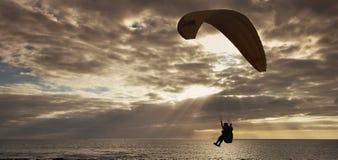 Silhouet van vliegend glijscherm Stock Afbeelding