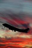Silhouet van vliegtuig en zonsondergang Stock Foto