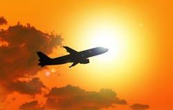Silhouet van vliegtuig het opstijgen Stock Afbeeldingen